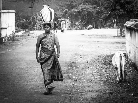 mulher carregando agua