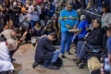Primeiro-tenente Wes Clark Jr, ajoelha-se pedindo perdão diante dos chefes Leonard Crow Dog e Arvol Looking Horse.  foto: Justin Deegan